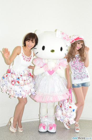 釈由美子、総重量10kgのハローキティ ミニドレスを着て美脚を披露