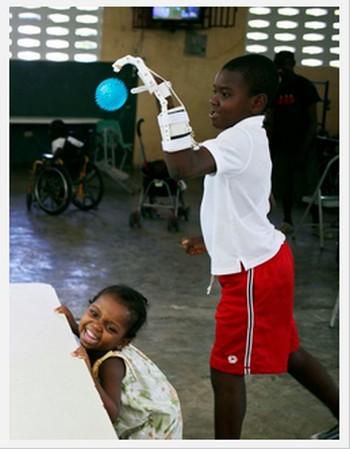 3Dプリンターで「手」を作製!ハイチの指のない少年、キャッチボールを楽しむ