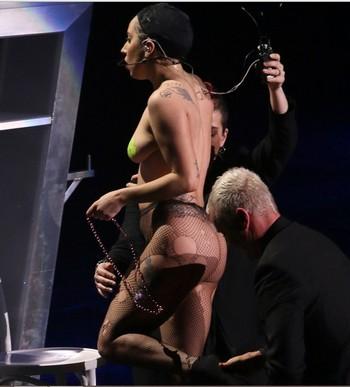 GaGa様興奮しまくりでコンサートでほぼ全裸!?