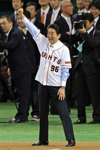 安部総理にプロ野球を12球団から16球団にする構想。アベノミクスの成長戦略の一つか?!