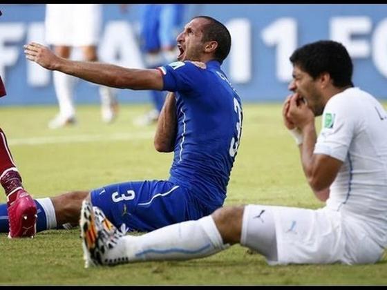 サッカーウルグアイ代表のルイス・スアレス選手が噛み付き行為により、9試合の出場停止、4ヶ月のサッカーに関する活動の停止が下りました 事実上のワールドカップ追放…【動画有】
