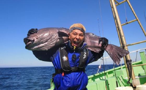 ロンブー田村亮 40キロの深海魚・アブラボウズを釣り上げる!