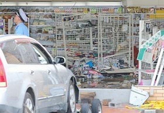 コンビニに79歳男性が運転する車突っ込み、2人死傷。うち同店のアルバイトの男性が死亡