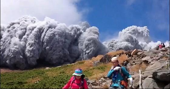 無数の噴石で死を覚悟!?御嶽山噴火 で7人意識不明。巻き込まれたカメラマン 決死の下山【動画有】
