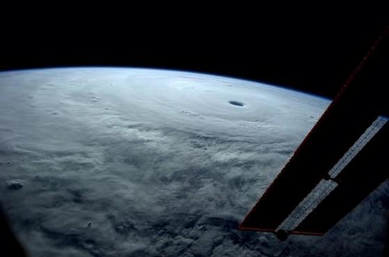 宇宙飛行士も絶句!?「こんなの見たことない」 史上最強!?巨大な台風19号が日本接近