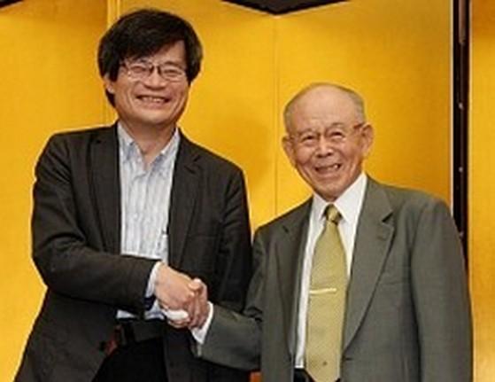 <ノーベル賞>物理学賞受賞赤崎氏と天野氏握手「めちゃくちゃ緊張」歴代日本人の快挙