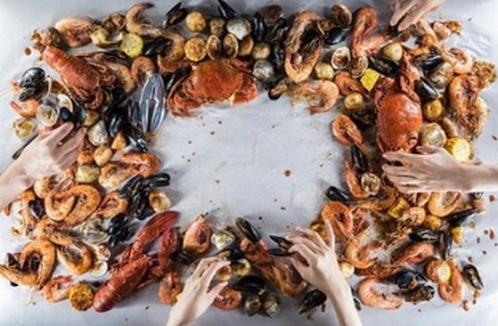 まさかの「手づかみ」で料理を頂く!?シンガポールの超絶豪快シーフードレストランが日本初上陸!