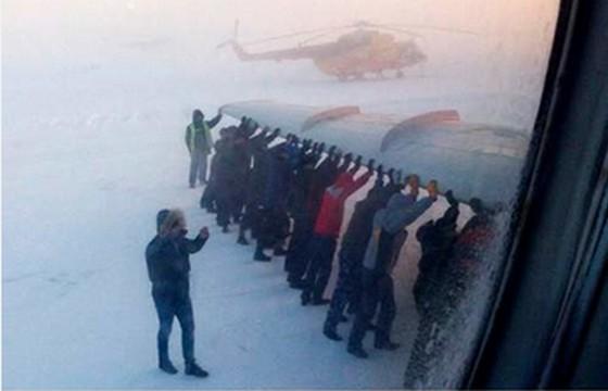 氷点下53度での男たちの死闘!?飛行機トラブルで乗客全員で飛行機を押す羽目に!?「男は木植え、家建て、飛行機押すもんだ」ロシア【動画有】