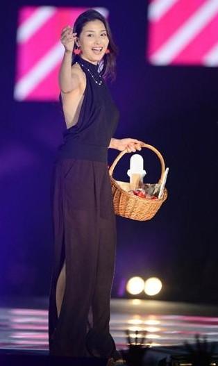 橋本マナミ、ランウェイデビューでセクシー衣装披露。愛人キャラ&Gカップ乳でブレイク